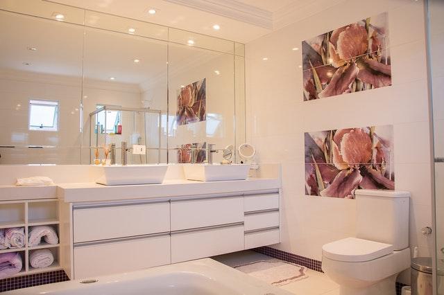 Czy warto kupić lustro w drewnianej ramie do łazienki?