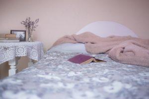 Gładkie czy pikowane? Wybierz łóżko do sypialni